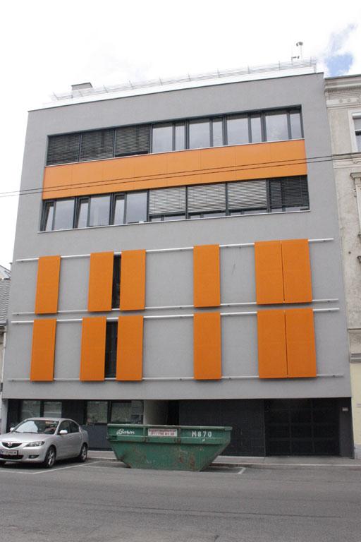 Neubau in Wien Ottakring, Mulde, Auto, nahe Vorortelinie/S-Bahn, Bausünde