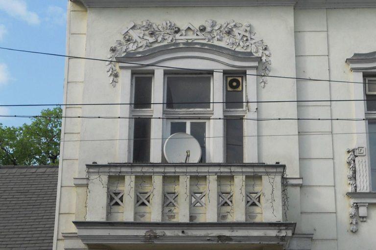 Balkon, Fassade des Hopf-Hauses in Wien-Donaustadt, kurz vor dem Abriss, erbaut 1905-1906