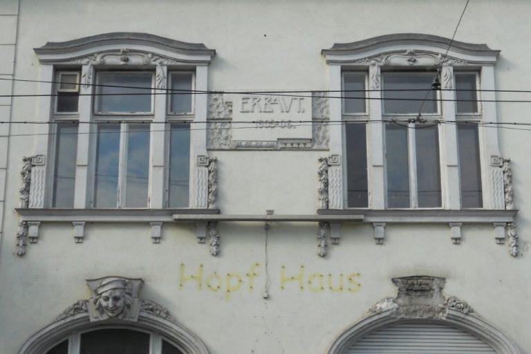 Fassade des Hopf-Hauses in Wien-Donaustadt, kurz vor dem Abriss, erbaut 1905-1906