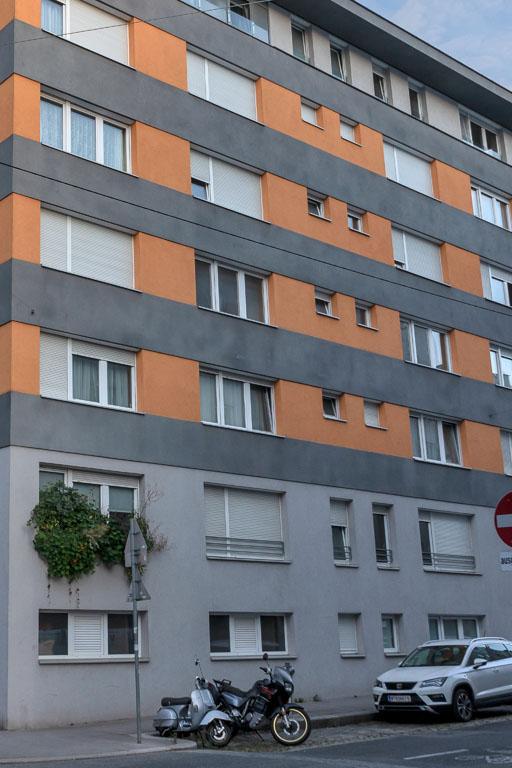 Neubau-Wohnhaus in Wien-Margareten, Motorrad, Auto