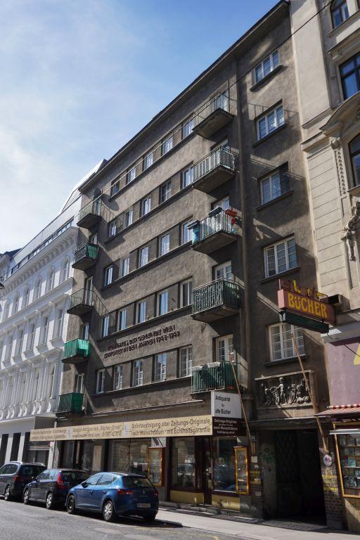 Wohnhaus aus der Nachkriegszeit im 6. Bezirk, Wien, Balkone, Geschäfte, Fenster, Autos