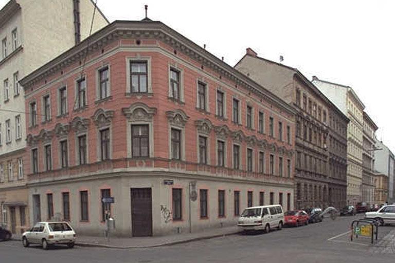 Gründerzeithaus mit Fassadendekor in Wien-Margareten, um 2011 abgerissen und durch einen Neubau ersetzt