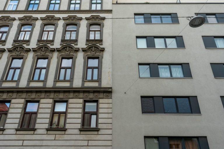 Gründerzeithaus und Neubau in Wien-Favoriten, Fassadenschmuck, glatte Fassade, Straßenlaterne