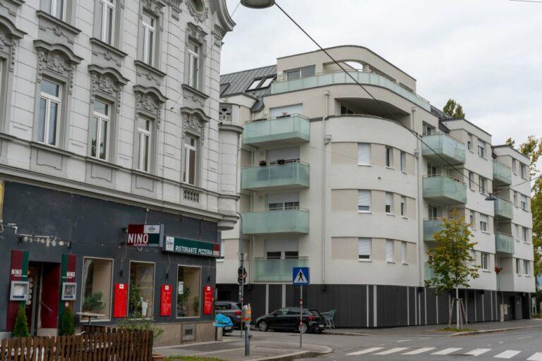 Neubau-Wohnhaus mit Balkonen und Jugendstilhaus in Jedlesee, Wien-Floridsdorf