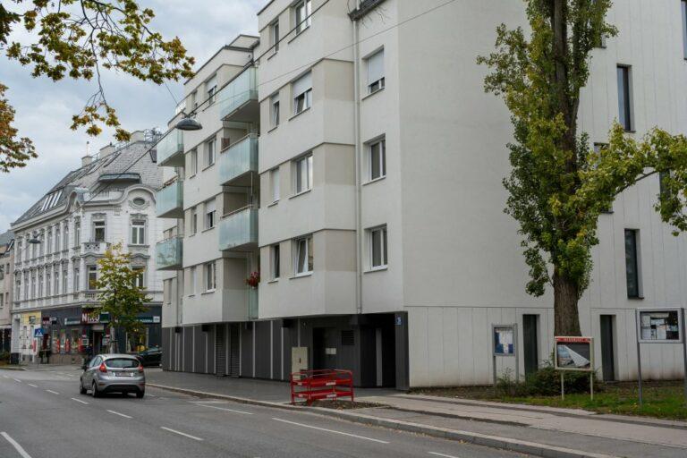 Neubau-Wohnhaus mit Balkonen in Jedlesee, Wien-Floridsdorf, daneben Haus mit Jugendstil-Dekor