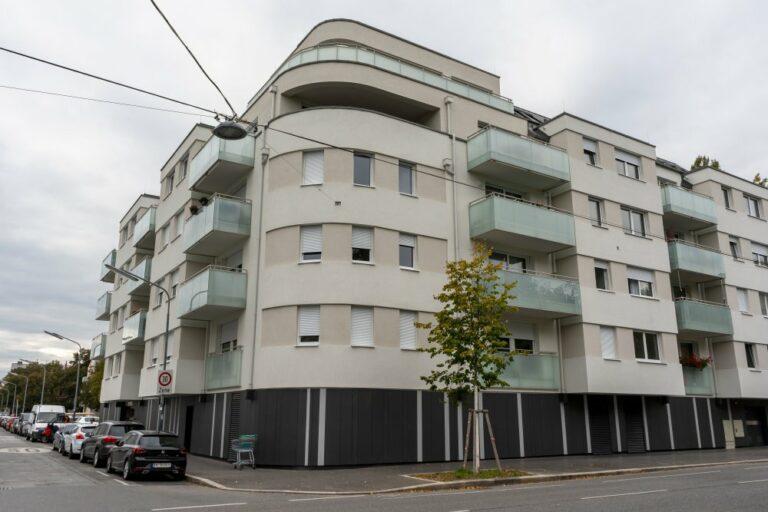 Neubau-Wohnhaus mit Balkonen in Jedlesee, Wien-Floridsdorf, ersetzt ein Jugendstilhaus (Hotel Karolinenhof)