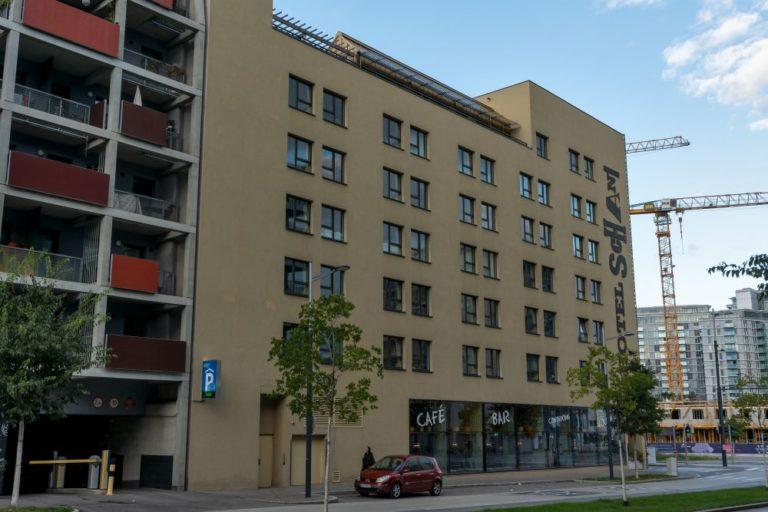 Hotel Schani, Karl-Popper-Straße, Alfred-Adler-Straße, Sonnwendviertel, Wien-Favoriten, Bäume, Auto, Kran