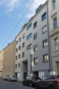 Neubau-Wohnhaus in Wien-Landstraße, Autos, graue Fassade, Fenster
