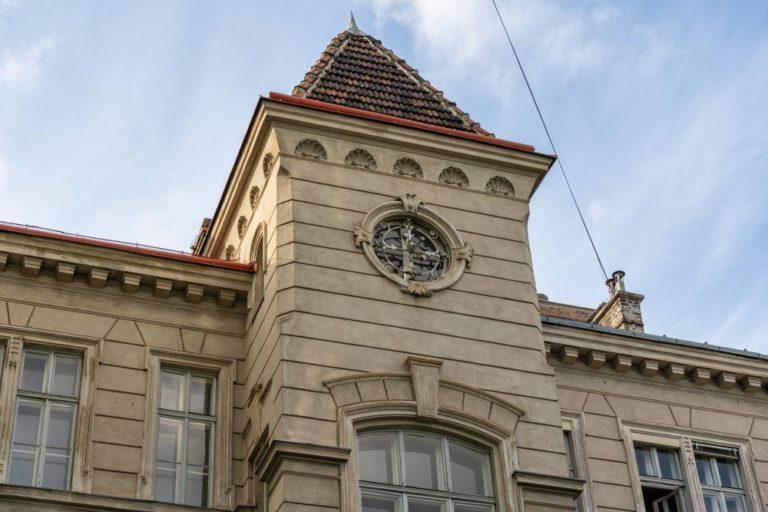 Dach und Turm des Gründerzeithauses in der Klostergasse 27, ehemaliges Währinger Bad, Tröpferlbad, 1180 Wien