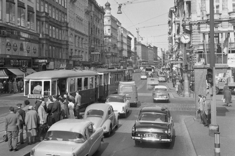 Neubaugasse, Mariahilferstraße, alte Aufnahme, Autos, Straßenbahn, Verkehr, Wien