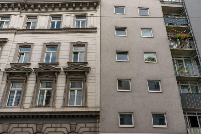 Altbau neben Neubau in Wien-Margareten, Gründerzeitarchitektur, graue Fassade, quadratische Fenster, Bausünde, Stilbruch