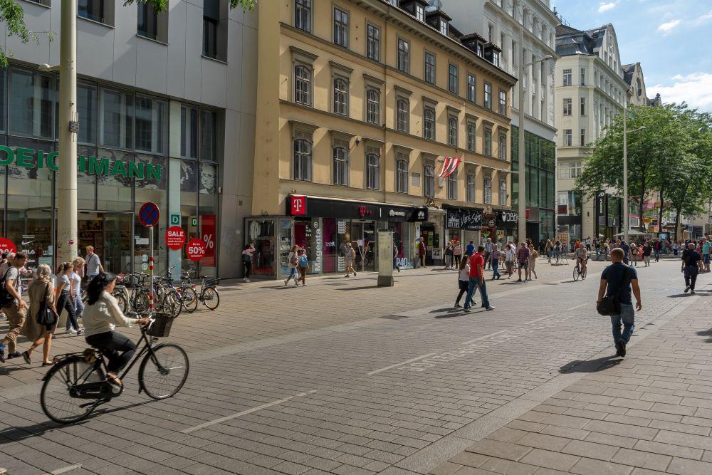 Begegnungszone vor dem Raimundhof, Mariahilferstraße, Wien, Verkehrsberuhigung