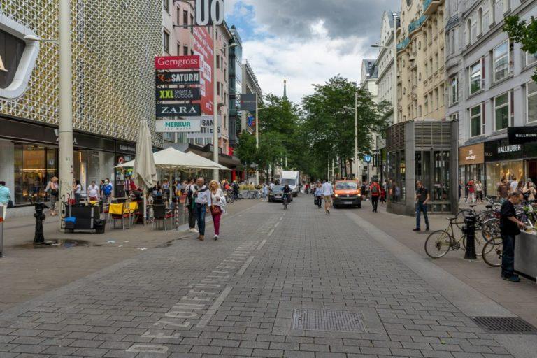 """Mariahilfer Straße, Begegnungszone beim Kaufhaus """"Gerngross"""", U-Bahn-Station """"Neubaugasse, Wien, 2020"""