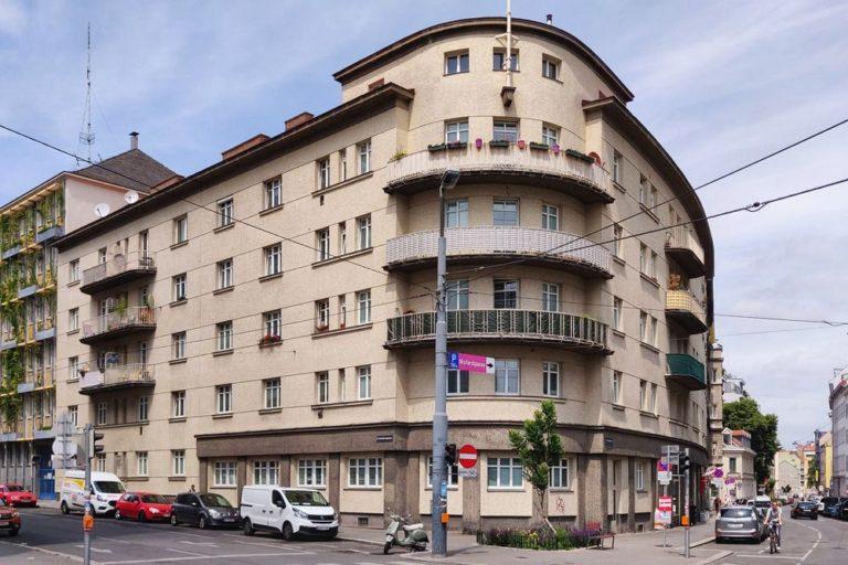 Eckhaus Mollardgasse/Hirschengasse, Rundung, Balkone, erbaut im Ständestaat