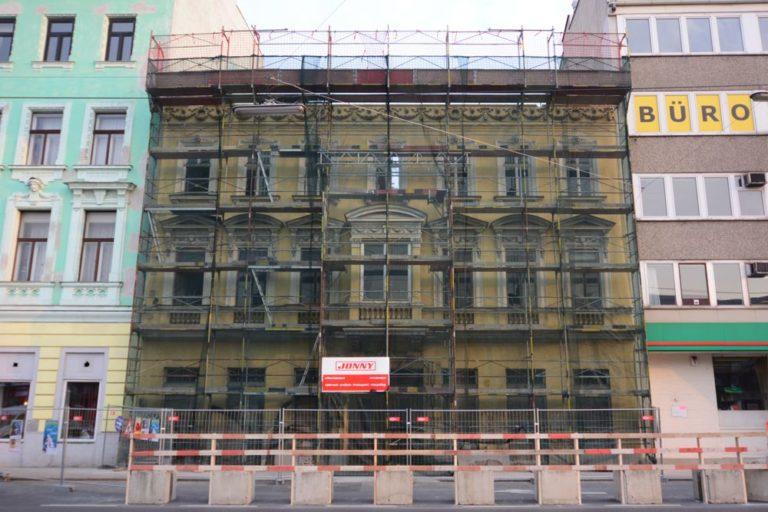 Abriss eines Gründerzeithauses in Wien-Meidling, Schönbrunner Straße, eingerüstet