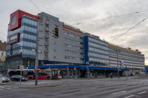 """Wohn- und Geschäftshaus, """"U4 Center"""", Einkaufszentrum, Schönbrunner Straße, Wienzeile, Meidling, Rudolfsheim-Fünfhaus, Straße, Autos, Bus, Ampel"""