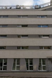 Neubau-Wohnhaus im Sonnwendviertel in Wien-Favoriten, schmale Fenster, graue Fassade