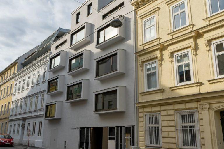 Neubau-Wohnhaus zwischen zwei Gründerzeithäusern, Wien, Währing, Stilbruch, auskragende Fenster