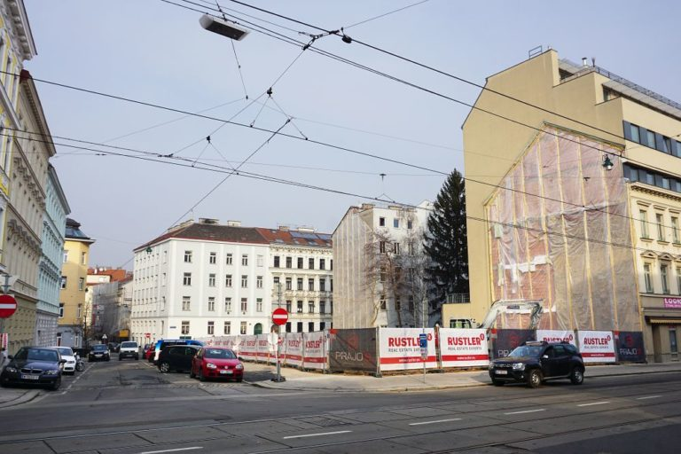 Thaliastraße/Lindauergase, leere Bauplätze nach Abriss von drei Gründerzeithäusern, Oberleitungen, parkende Fahrzeuge, Rustler, Baustelle