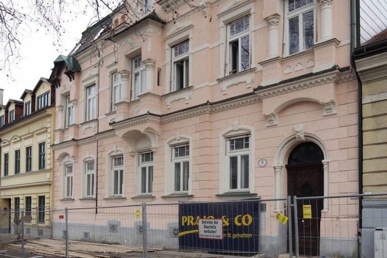 Altbau in Wien-Döbling, Weinzingergasse, kurz vor dem Abriss, renovierte Fassade