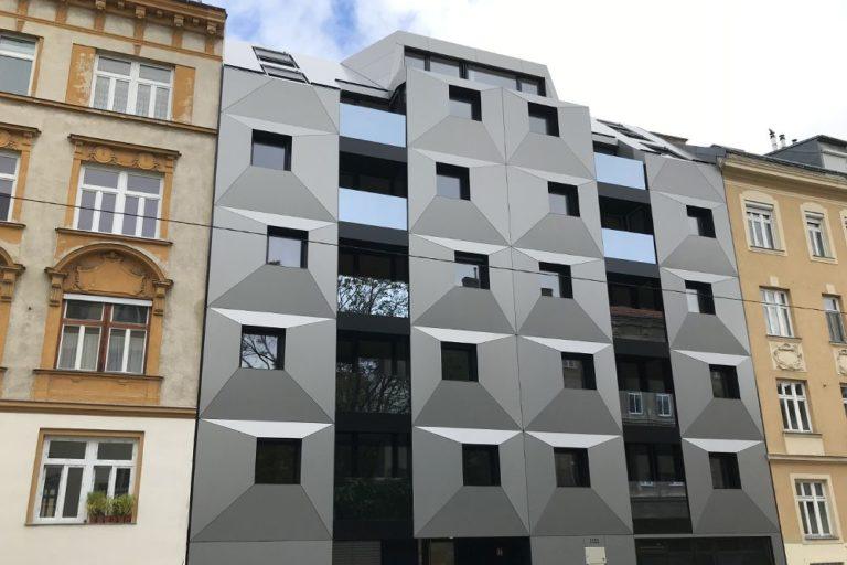 Neubau zwischen Gründerzeithäusern, 1160 Wien, Blech, Glas, grau