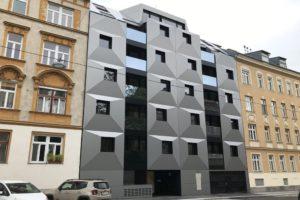 Neubau zwischen Gründerzeithäusern, 1160 Wien, Blechfassade, quadratische Fenster, Alucobond, grau-schwarz, Albrechtskreithgasse 38