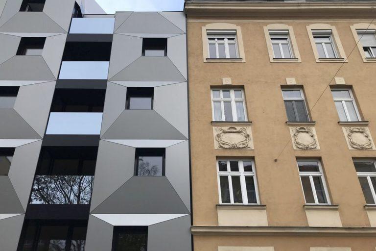 Albrechtskreithgasse 38 (Neubau) und Römergasse 65 (Gründerzeithaus, errichtet 1914), Wien, 16. Bezirk