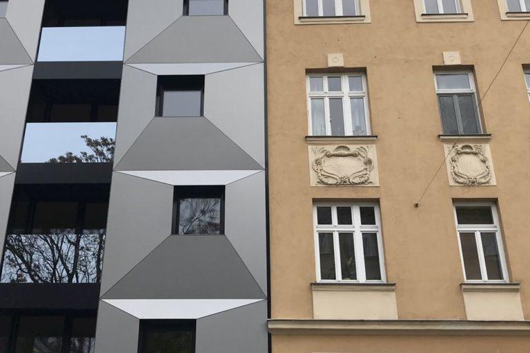 Neubau (Fassade aus Blech und Glas) neben Altbau (Gründerzeithaus, Baujahr 1914), Wien, 16. Bezirk, Vergleich zwischen zwei Fassaden, Albrechtskreithgasse 38