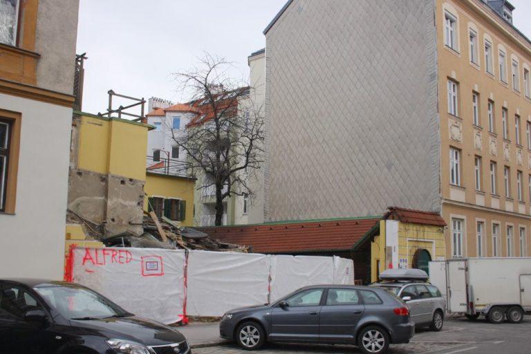 Ottakringer Landhaus wird abgerissen, Fuhrwerkerhaus zwischen zwei hohen Gründerzeithäusern, Ottakring, Wien, Albrechtskreithgasse