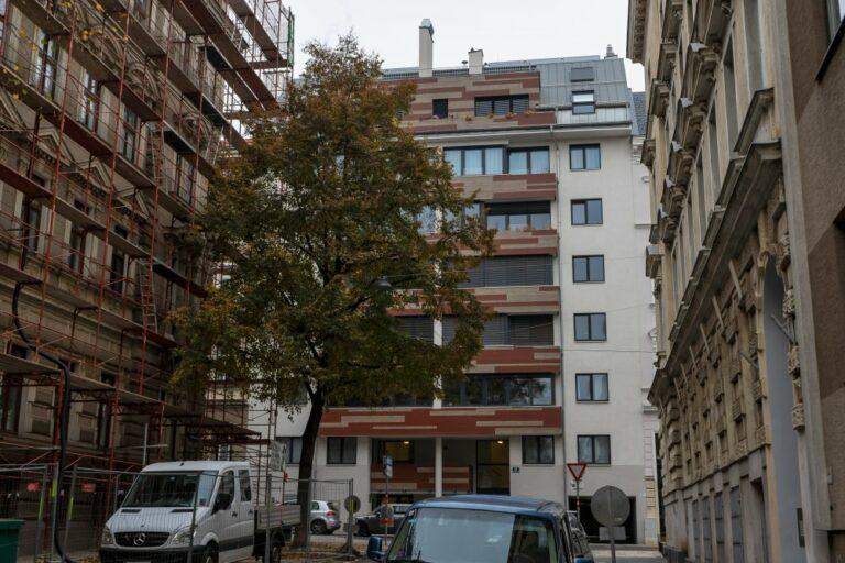 Neubau-Wohnhaus zwischen Gründerzeithäusern in der Borschkegasse, Wien-Alsergrund, nahe AKH, Stadtbild, Abriss und Neubau