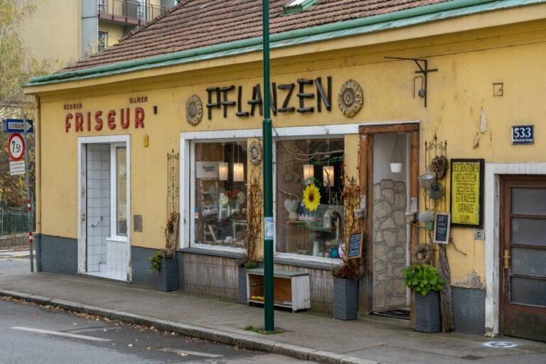 altes Gebäude mit Geschäften im Zentrum von Kalksburg, Friseur, Pflanzen, Liesing, Wien