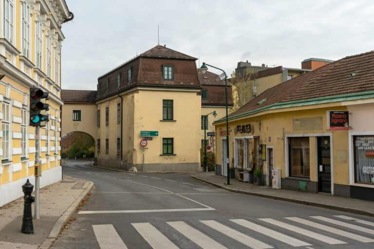 Zentrum von Kalksburg, Mackschlössl, Geschäfte, Gründerzeithaus