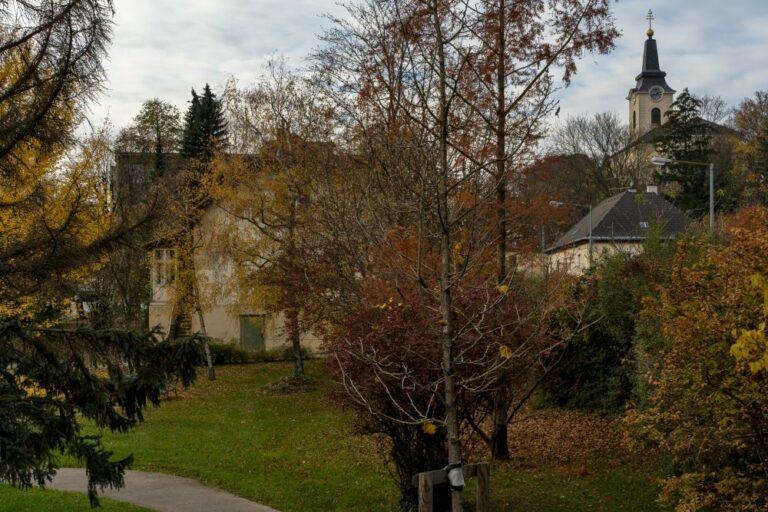 Grünfläche an der Ecke Breitenfurter Straße, Mackgasse, Gräfin-Zichy-Straße, Kalksburg, Liesing, Wien, Kirche