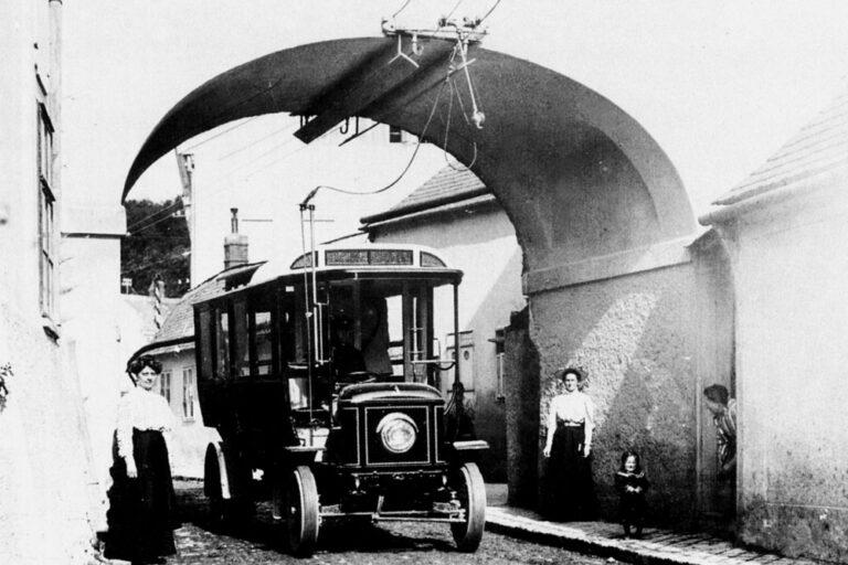 historische Aufnahme von Kalksburg, Oberleitungsbus fährt durch den Torbogen beim Mackschlössl, Liesing, Wien