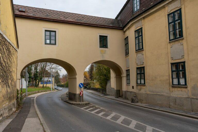 Bogen über der Breitenfurter Straße in Kalksburg, Mackschlössl, erbaut um 1800, Liesing, Wien