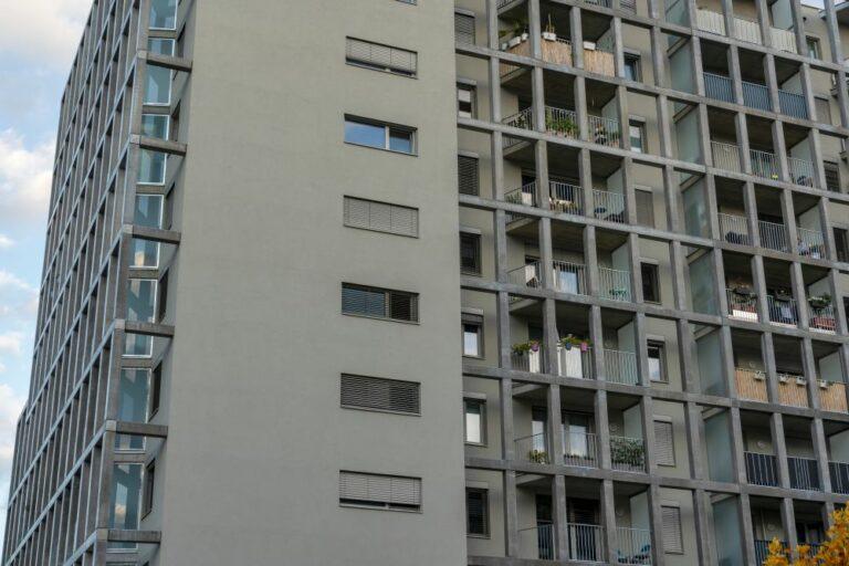 Wohnhaus im Sonnwendviertel, Wien, Gitter, Raster, Balkone