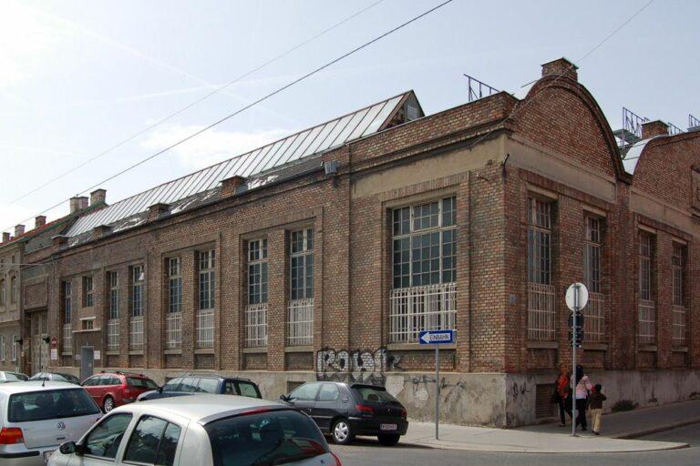 Fabrik in Wien-Ottakring, Backstein, Autos, Verkehrszeichen