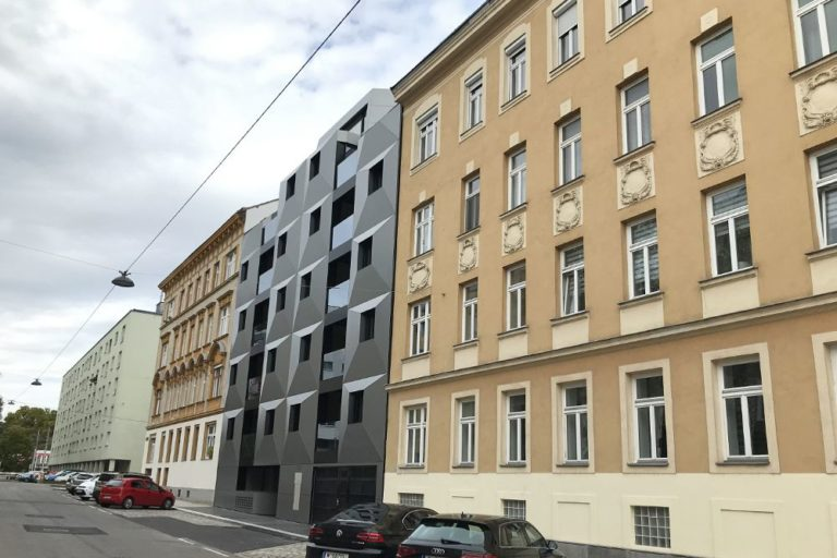 Neubau zwischen Gründerzeithäusern, 1160 Wien, Albrechtskreithgasse, Blech, dunkle Fassade, Glas