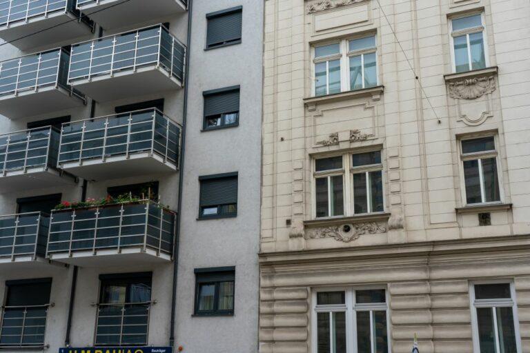 Wohnhaus in der Schönbrunner Schloßstraße, U.M.BAU AG, Balkone, Bausünde, Wien, neben Gründerzeithaus Rotenmühlgasse 15