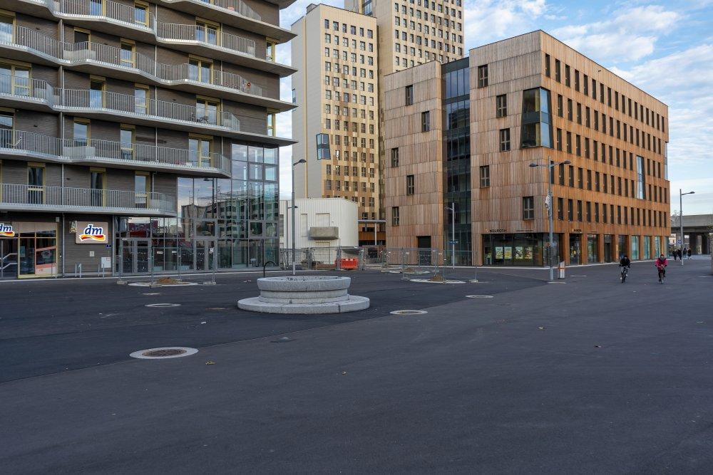 Seestadt Aspern, Fußgängerzone, Seeparkquartier, Asphalt, 1220 Wien, Holzhochhaus Hoho, U-Bahn-Trasse