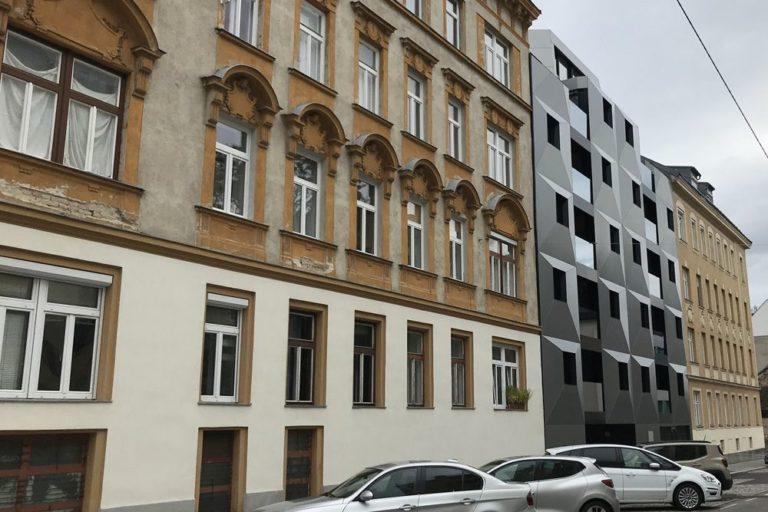 Gründerzeithäuser und ein Neubau in der Albrechtskreithgasse, Ottakring, Fassadendekor, Aluminium-Fassade, parkende Autos