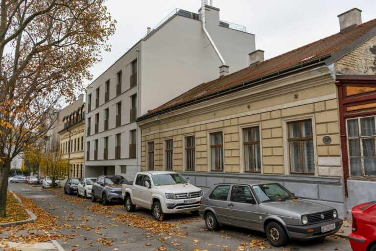 Weinzingergasse in Wien-Döbling mit Altbauten und einem Neubau, Neubau nach Abriss eines Jahrhundertwendehauses errichtet, fehlende Schutzzone, kein Denkmalschutz