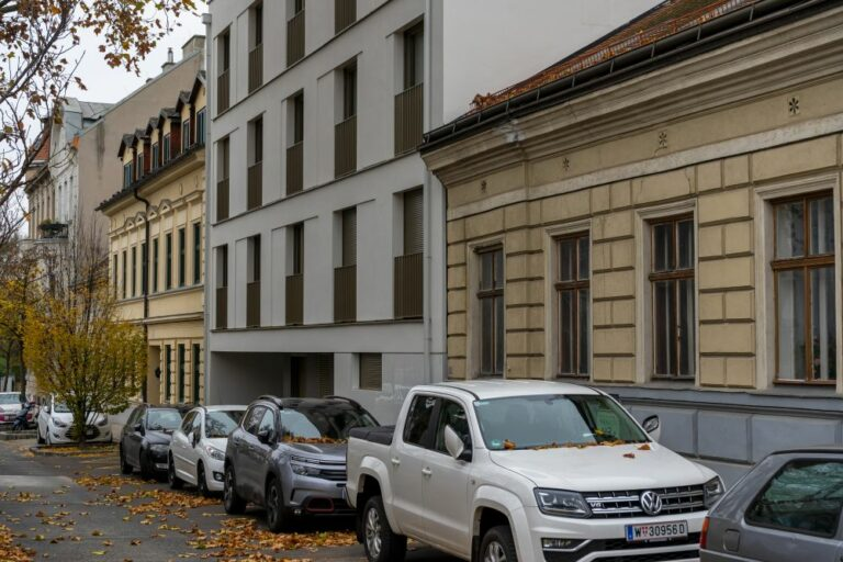 Weinzingergasse in Wien-Döbling, Gründerzeithäuser, Neubau, Autos, Herbst