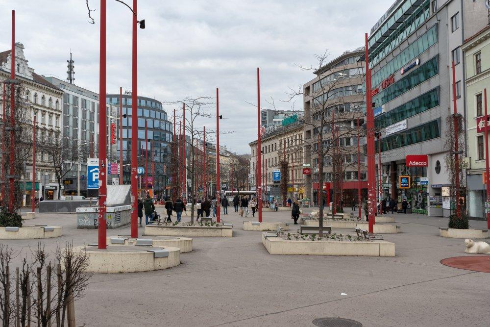 Christian-Broda-Platz in Wien-Mariahilf, Gürtel, Asphalt, Beton, rote Stangen