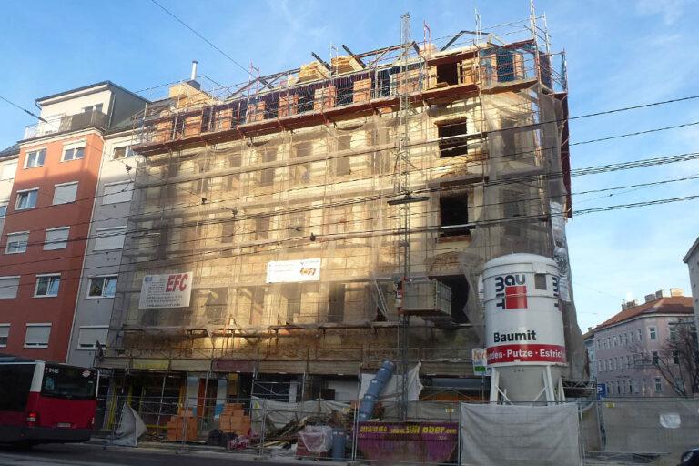 Gründerzeithaus in der Favoritenstraße 129 wird umgebaut, Fassade abgeschlagen, Dachgeschoßausbau, Wien-Favoriten