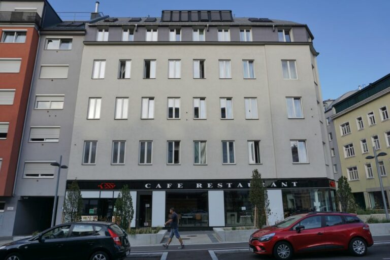 Gründerzeithaus in der Favoritenstraße mit abgeschlagenem Fassadendekor, 10. Bezirk, Wien