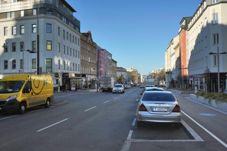 Favoritenstraße beim Reumannplatz, nach Umgestaltung, viel Asphalt, Parkplätze, Radwege