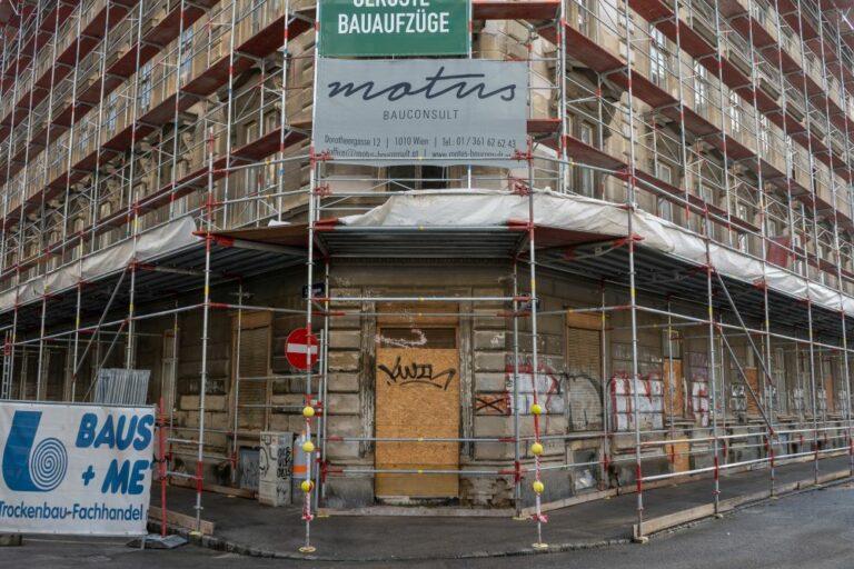 Fassade und Erdgeschoß des Gebäudes in der Hetzgasse 8 hinter einem Gerüst, Wien-Landstraße