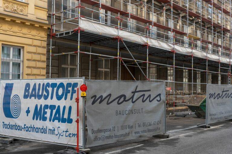 Fassade und Erdgeschoß des Gebäudes in der Hetzgasse 8 hinter einem Gerüst, Wien-Landstraße, Bauarbeiten
