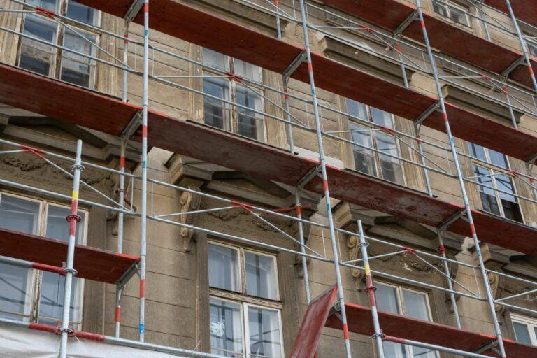 Fassade des Gebäudes in der Hetzgasse 8 hinter einem Gerüst, Wien-Landstraße